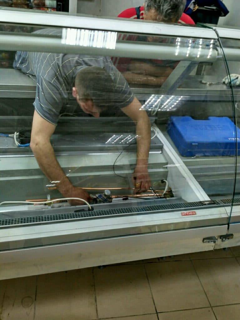 Монтаж холодильной витрины